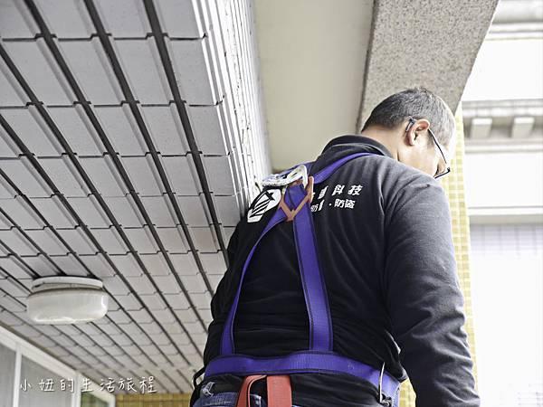 8.施工人員穿著高空作業安全帶保障自身安全.jpg