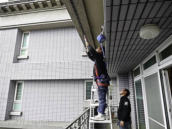 9.工程人員為客戶安裝防墜網,自己也做好防墜措施.jpg