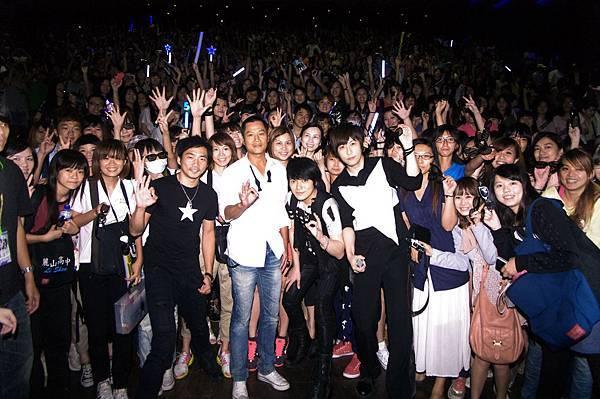 五月天與導演和歌迷合照2.jpg