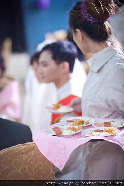主桌的菜都是裝小盤的