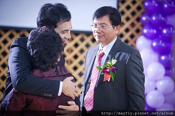 給父母大大的擁抱