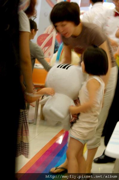 小朋友在交換娃娃