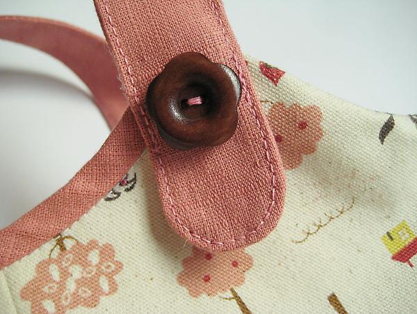 小紅帽側背包-小花扣.jpg