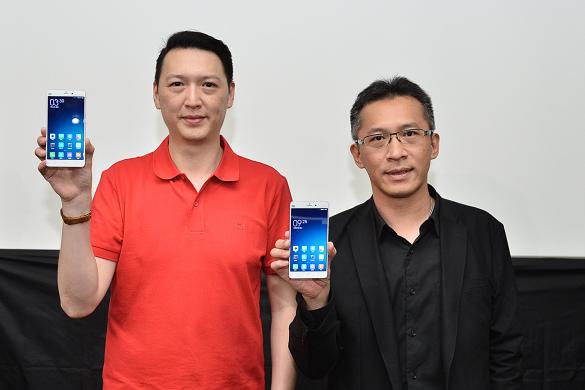 nEO_IMG_小米Note於遠傳電信獨家開賣。圖左-小米台灣業務總監李佳峰、右-遠傳電信行動裝置管理處副總經理 趙憶南