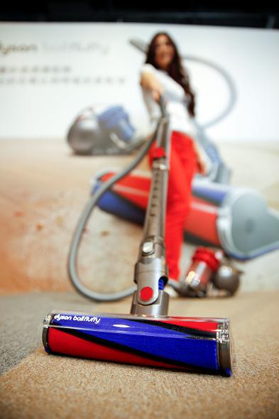 nEO_IMG_Dyson_Ball_Fluffy雙層氣旋吸塵器,創新研發雙效吸塵器吸頭「軟質碳纖維滾筒吸頭」,能同時吸除細小微塵和較大塵垢。