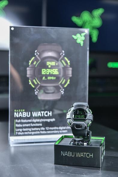 nEO_IMG_4. 標準版 Razer Nabu Watch 採用強韌聚碳酸酯材料打造並以 Razer 經典綠襯托.jpg