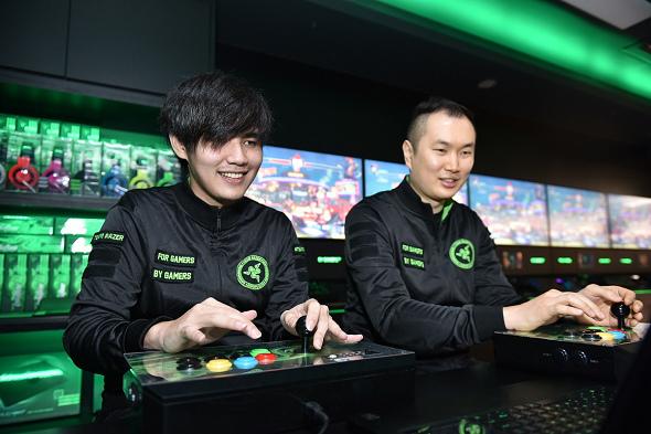 nEO_IMG_2. Team Razer 頂尖電競選手 Xian 與 Infiltration 實際對戰展現出 Razer 所打造最貼近玩家,能夠實際體驗 Razer 創新科技產品的遊戲空間.jpg