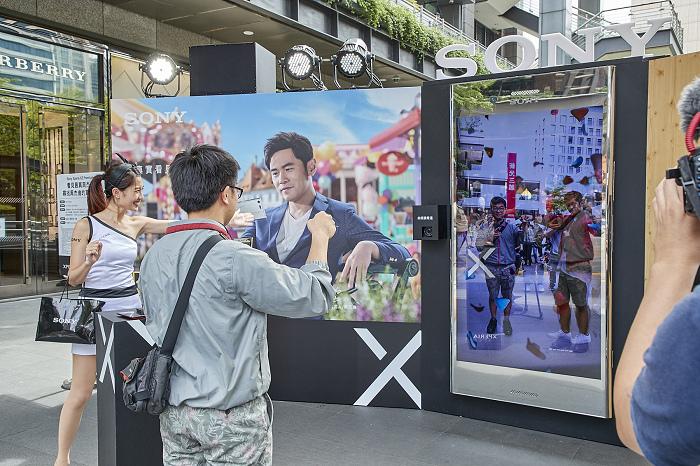 nEO_IMG_Sony Mobile邀請天王周杰倫隱身「超大台」Xperia XZ Premium中,足足站台12天,讓民眾可與Sony Mobile代言人周董一起吹泡泡、變魔術!.jpg