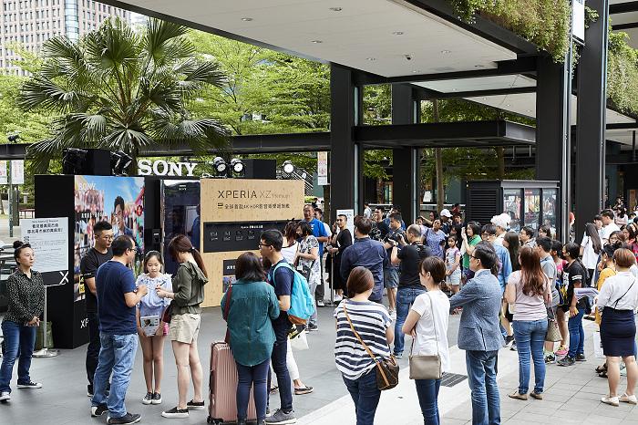 nEO_IMG_高溫不減民眾與Sony Mobile代言人周杰倫互動的心,現場出現大量體驗人潮(2).jpg