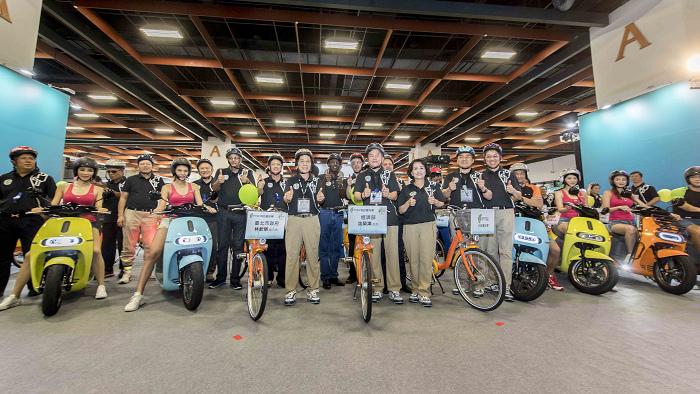【圖說三】「科技嘉年華」遊行隊伍結合綠色運輸交通與紡織科技,動態活力展現臺灣科技產業新能量.jpg