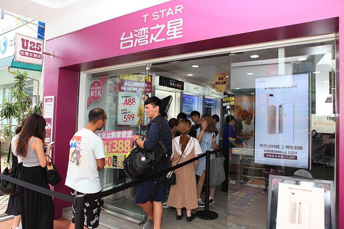 台灣之星iPhone 8預購開跑! 吸引大批果粉於士林夜市門市排隊想要搶先預購-1.jpg