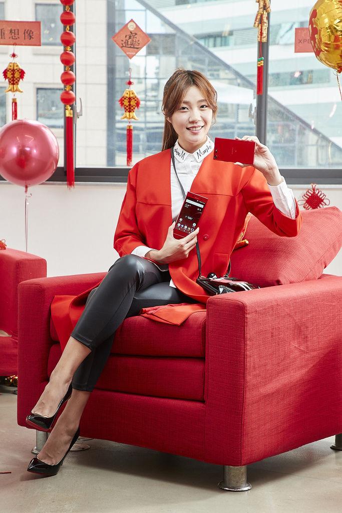 圖說四、Sony Mobile掌握時尚界最新脈動,XZ Premium推出鏡紅色,要讓消費者新年氣勢如紅!.jpg