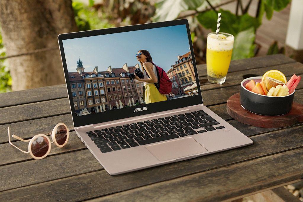 ASUS ZenBook 13採用鎂鋁合金打造絕美機身,同時內建13.3吋FHD顯示螢幕,搭配超窄邊框設計,將提供使用者更寬闊舒適的精彩視界。.jpg