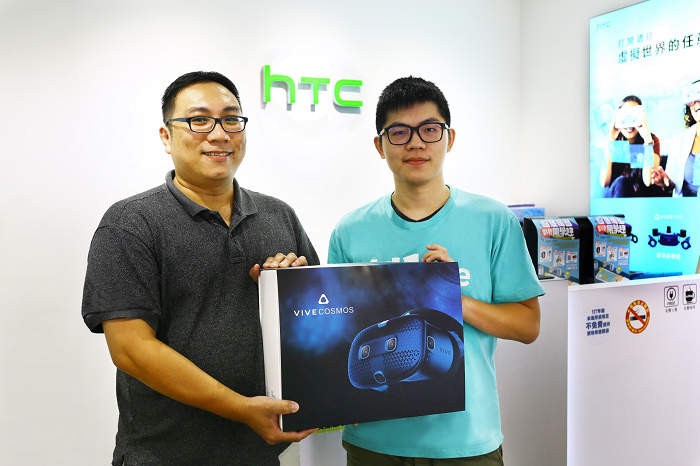 nEO_IMG_HTC新聞照片(首波購買HTC VIVE Cosmos消費者).jpg