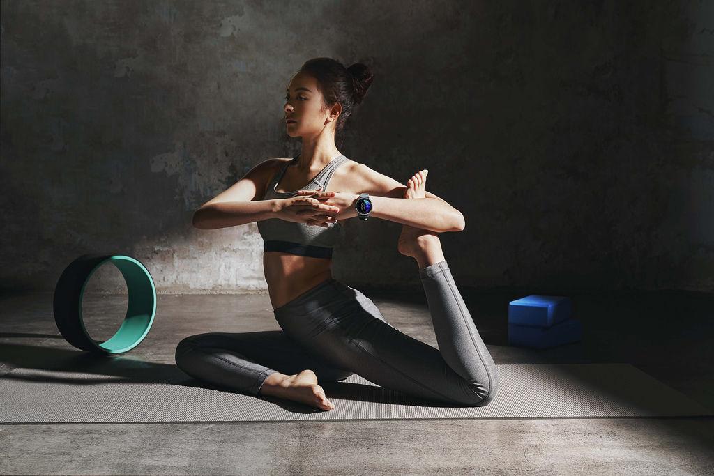 Garmin Connect台灣用戶的數據趨勢顯示,相較去年同期,從事瑜珈、自由重訓、室內有氧……等室內或居家運動的總體趨勢明顯上升近45%。(Garmin Venu AMOLED GPS智慧腕錶_建議售價NT$13,900元).jpg