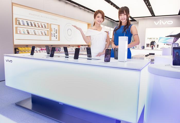 nEO_IMG_【新聞照片2】vivo三創智慧驗旗艦店,以智慧調光系統設計,模擬出多種戶外光源環境,滿足消費者體驗手機拍攝需求.jpg