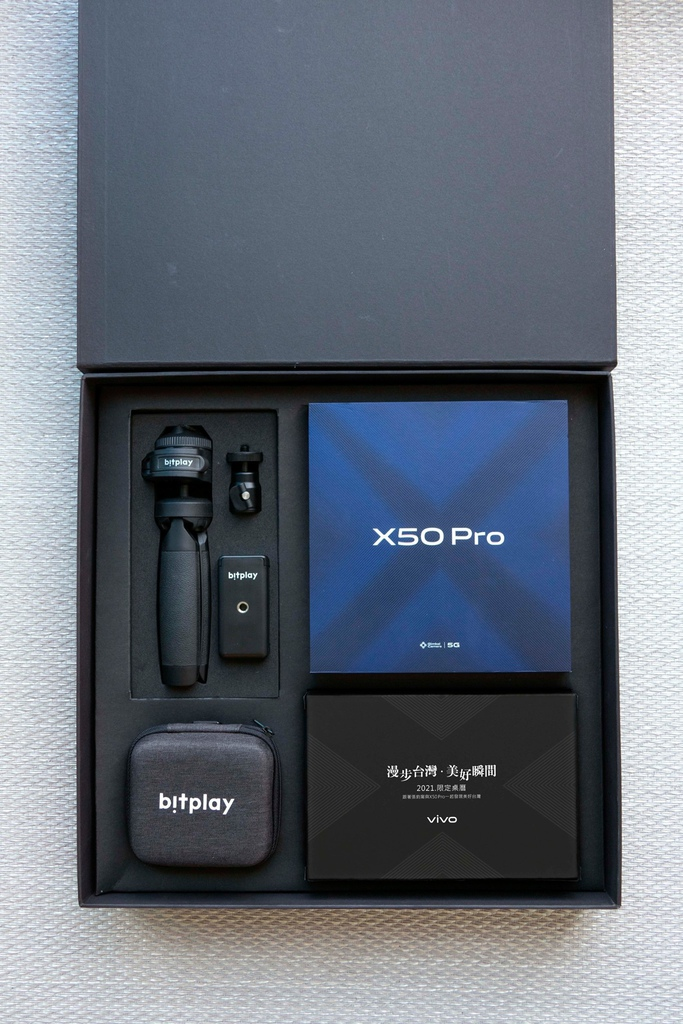 vivo X50 Pro專業攝影組內含bitplay多角度雙用腳架、bitplay  AllClip Mini組合標準超廣角+微距鏡頭和2021限定桌曆。.jpg