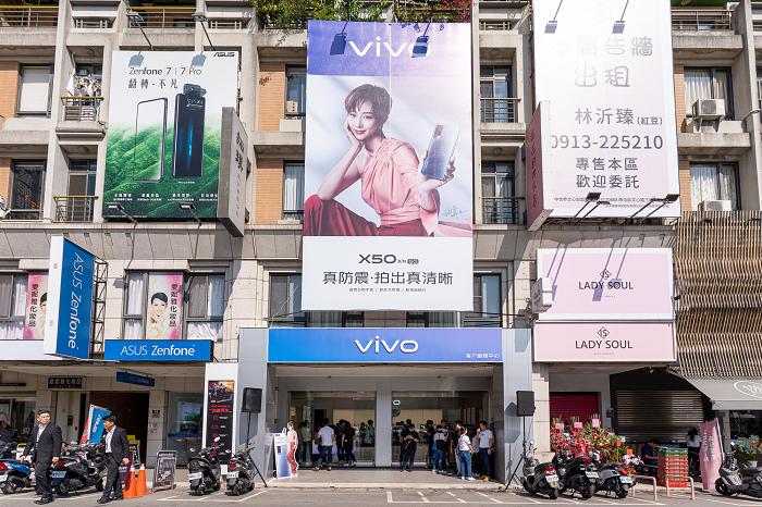 nEO_IMG_vivo台中體驗店是是vivo首間結合客戶服務中心的複合式門市,也是全台第三間體驗店.jpg