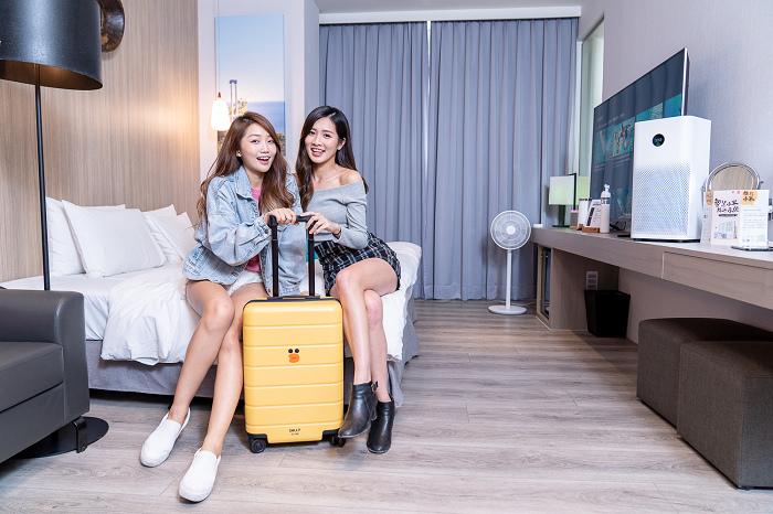 nEO_IMG_小米與LINE FRIENDS聯名推出超萌限量新品「LINE FRIENDS 20吋旅行箱 莎莉限定版」,以旅遊必備.jpg