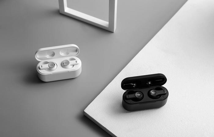 nEO_IMG_1MORE PistonBuds真無線耳機擁有一貫的優異音質外,擁有DNN通話降噪技術,無須擔心外在聲音干擾,搭配深炭黑和雪皓白兩款經典配色,售價只需新台幣1,690元.jpg