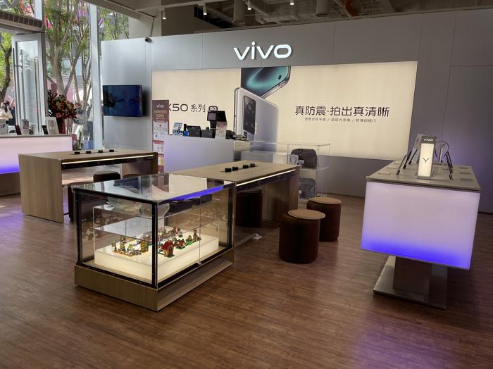 nEO_IMG_vivo台南南紡體驗電近30坪室內空間包含展示體驗區、產品交機區、週邊配件區,帶給消費者全系列完整服務.jpg