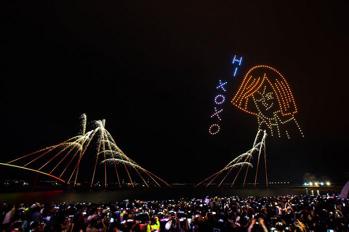 nEO_IMG_【圖8】LINE透過400台無人機科技燈光秀展演,LINE FRIENDS熊大、兔兔、莎莉躍上星空與民眾見面_3.jpg