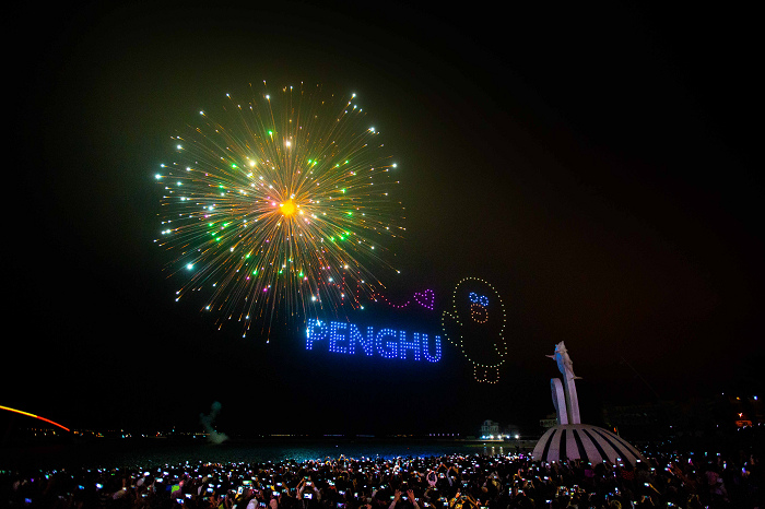 nEO_IMG_【圖8】LINE透過400台無人機科技燈光秀展演,LINE FRIENDS熊大、兔兔、莎莉躍上星空與民眾見面_1.jpg