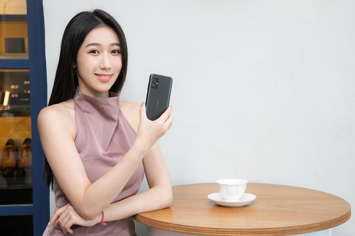 nEO_IMG_Zenfone 8可輕鬆單手操控,效能強大。.jpg