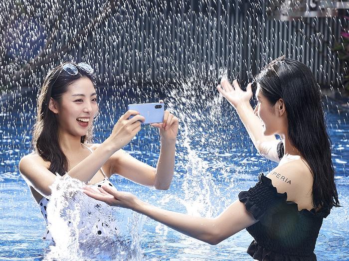 nEO_IMG_圖說、Xperia 10 III擁有旗艦級防水防塵規格,融入各種戶外、玩樂、生活情境(1).jpg