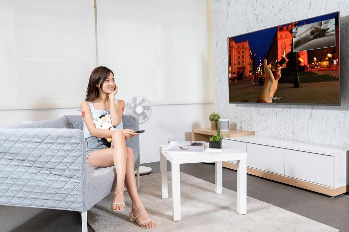 nEO_IMG_小米智慧顯示器系列獨家整合米家APP,讓貓奴們在客廳看影片時,就能透過螢幕畫面確認貓主子在房間玩樂狀態.jpg