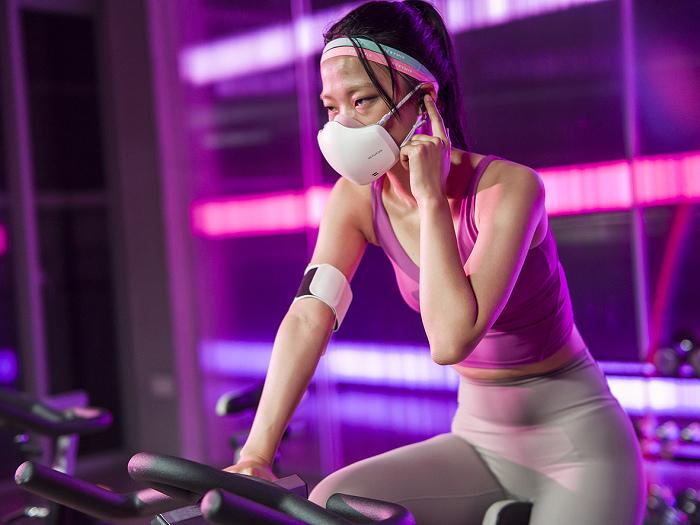 01-LG PuriCare口罩型空氣清淨機第二代搭載雙變頻清淨風扇及全自動智慧風速調整,能隨時依據配戴者的呼吸速率及吸氣量,自動調節風速,降低吸氣阻力的同時也解決配戴口罩時的悶熱與黏膩,維持清爽的呼吸及舒暢的節奏。.jpg