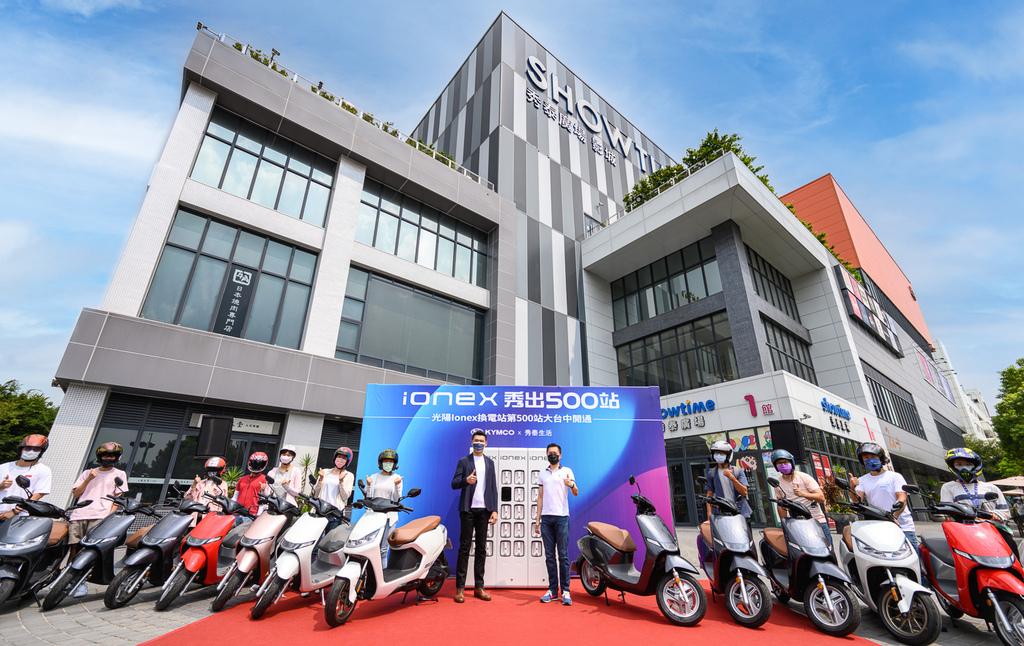3. 消費者可從機車行、加油站、一般商店、便利超商、百貨賣場、連鎖商店、大型企業公司等消費者日常生活場景中,為自己的IONEX 3.0電動機車進行電池的能源補充。.jpg