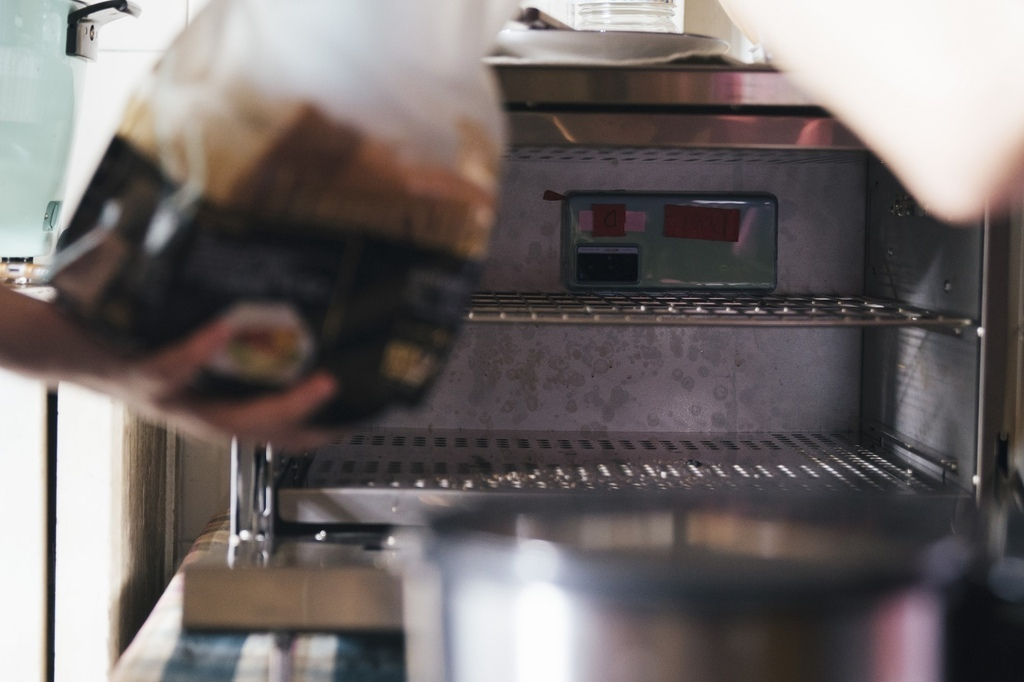 用手機可輕鬆取特別角度,例如放在烤箱、電鍋內拍攝,可以創造出更生活化的畫面。.jpg