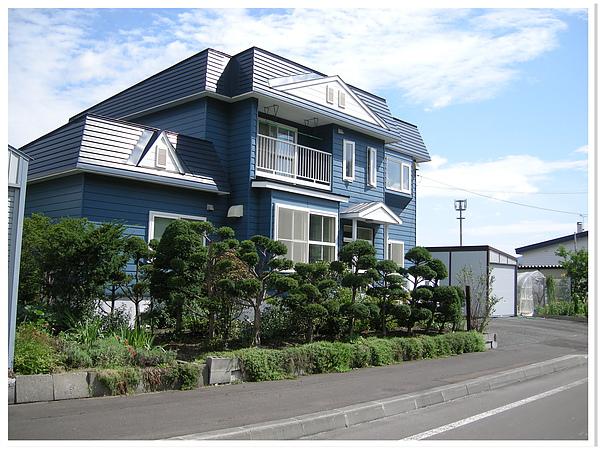 在北海道,路旁普通民宅都可以妝點得如此漂亮.JPG