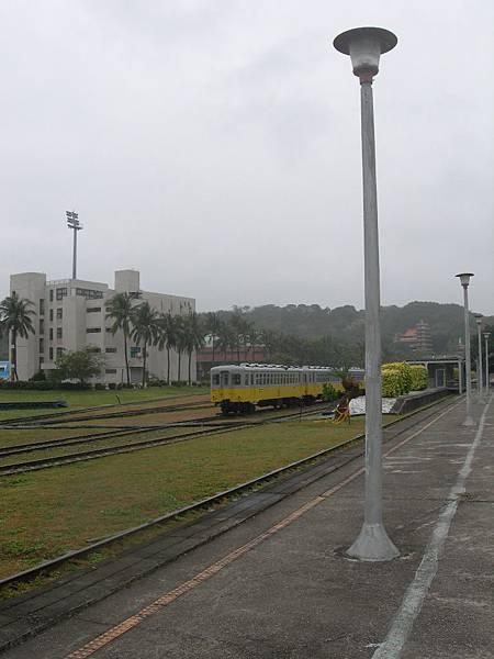 車站旁的路燈下