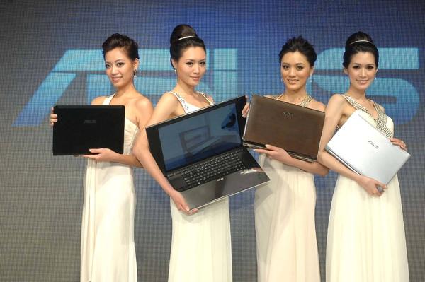 (左至右)伊林名模展示ASUS U系列,NX系列,U Bamboo系列,N系列.JPG