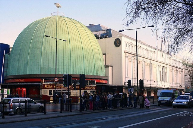 800px-London-Madame_Tussauds_gallery_dome