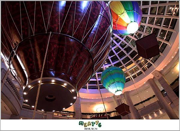 2012,12,14【聖誕節】2012聖誕樹特輯|台北信義區|貴婦百貨金碧輝煌的熱氣球幻想007