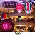 2012,12,14【聖誕節】2012聖誕樹特輯|台北信義區|貴婦百貨金碧輝煌的熱氣球幻想006