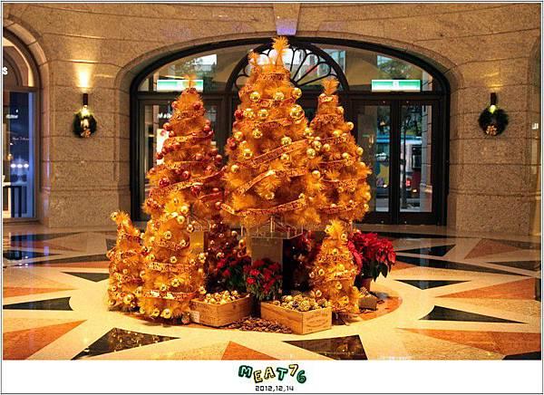 2012,12,14【聖誕節】2012聖誕樹特輯|台北信義區|貴婦百貨金碧輝煌的熱氣球幻想010