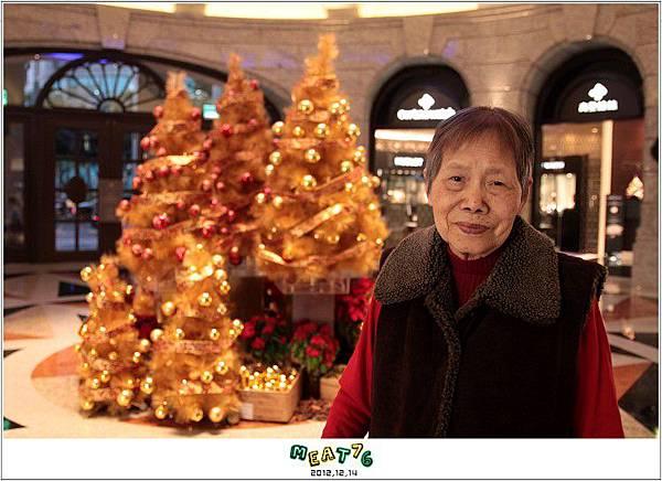 2012,12,14【聖誕節】2012聖誕樹特輯|台北信義區|貴婦百貨金碧輝煌的熱氣球幻想011