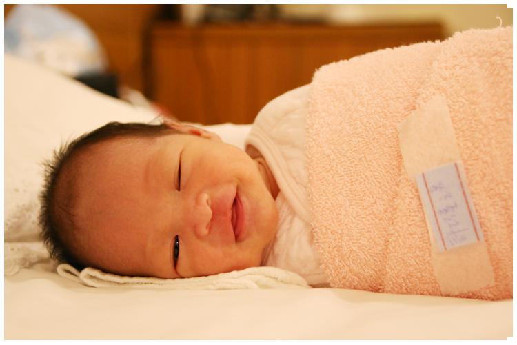 米特,味玩待敘|部落格 © MEAT76|台灣美食旅遊部落客|2014-12-19-5【寶寶成長日記】牛奶糖14d|月子中心生活day11|媽咪餵奶新招初體驗「躺餵」,好像侍寢嬪妃來著!001.png