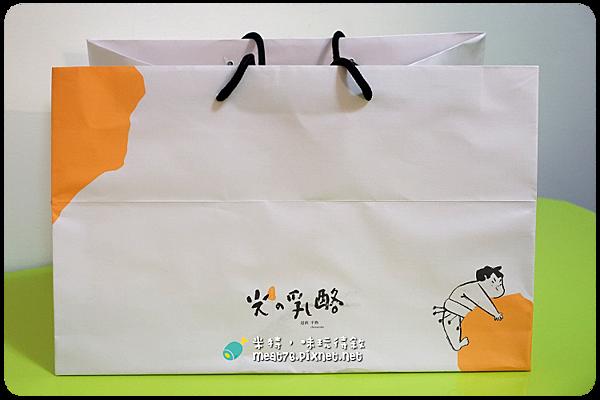 米特,味玩待敘|部落格 © MEAT76|台灣美食旅遊親子部落客|2015-05-18-7【台中西區。蛋糕下午茶/伴手禮】光之乳酪|小巧可愛的鬆綿道南半熟乳酪蛋糕,讓人想奔進店裡體驗陽光沐浴002~.png