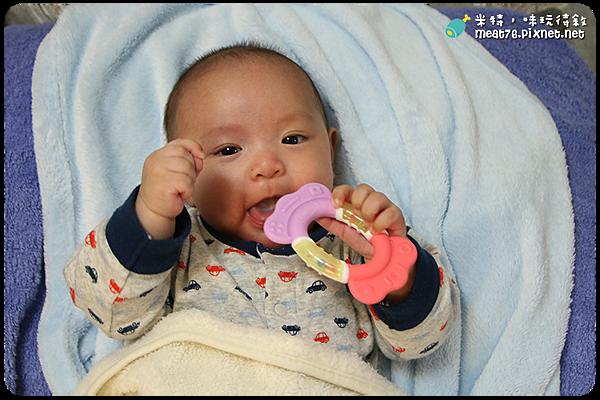 米特,味玩待敘|部落格 © MEAT76|台灣美食旅遊親子部落客|2015-04-13-1【寶寶玩具開箱】貝親糖果固齒器|超可愛的繽紛糖果固齒器 → 羕寶(4M7D)001.png