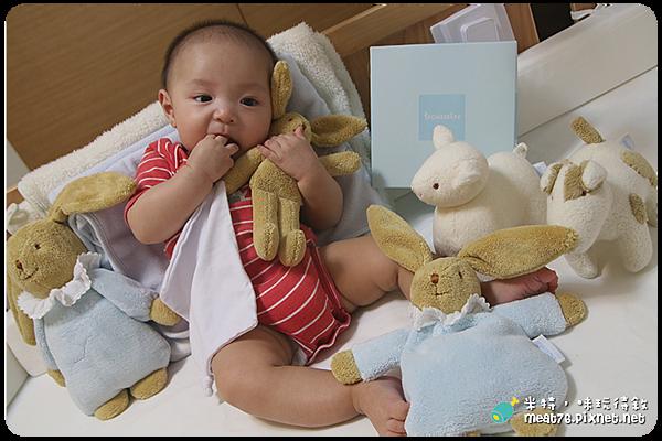米特,味玩待敘|部落格 © MEAT76|台灣美食旅遊親子部落客|2015-05-19-2【寶寶安撫玩具】法國童思樂 trousselier|陪伴寶寶成長探索的音樂鈴安撫娃娃,讓媽媽輕鬆又放心 5M+ (歐盟無毒認證)001.png