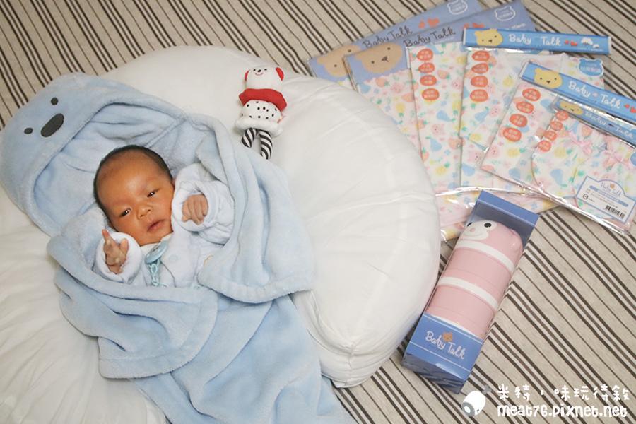 米特味玩待敘台灣美食親子部落客©MEAT76|2017-02-13-1|【寶寶好物。BabyTalk】精緻可愛新生兒用品分享|繽紛水果貓精梳棉嬰兒紗布衣,粉色猴子奶粉分裝盒方便不殘粉!001.jpg