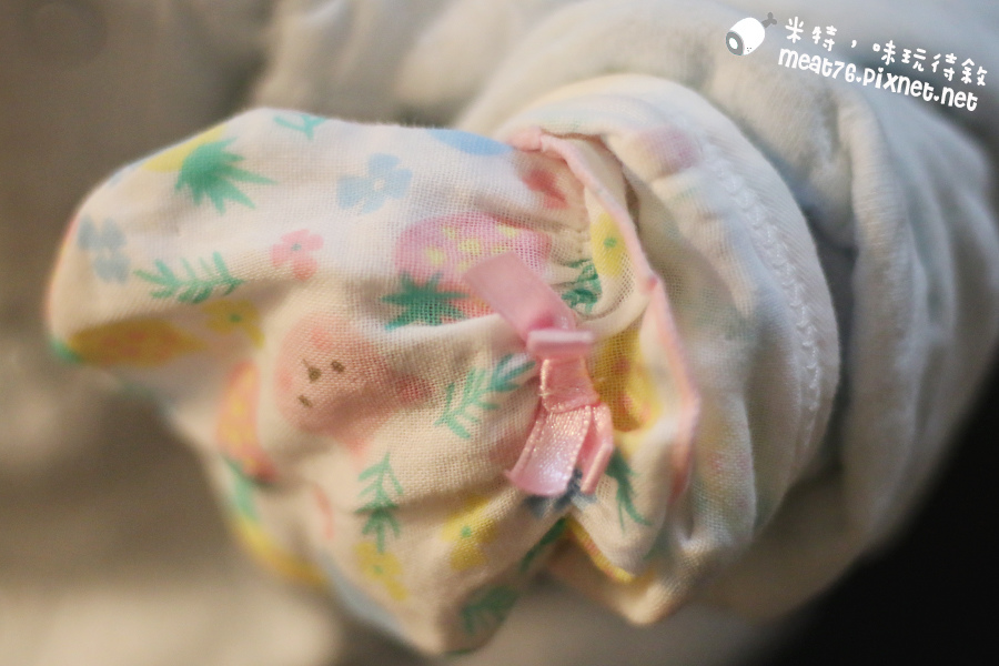 米特味玩待敘台灣美食親子部落客©MEAT76|2017-02-13-1|【寶寶好物。BabyTalk】精緻可愛新生兒用品分享|繽紛水果貓精梳棉嬰兒紗布衣,粉色猴子奶粉分裝盒方便不殘粉!017.jpg