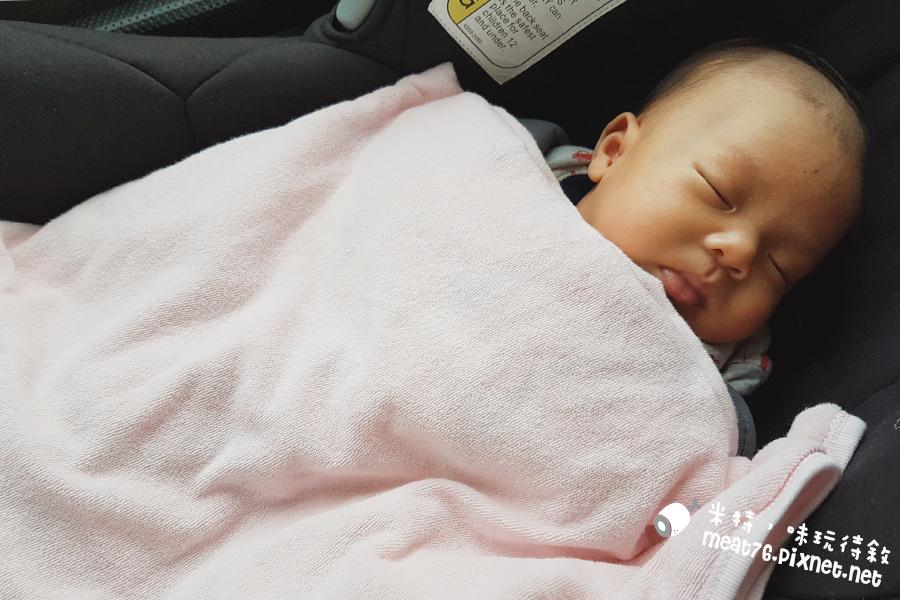 米特味玩待敘台灣美食親子部落客©MEAT76|2017-02-13-1|【寶寶好物。BabyTalk】精緻可愛新生兒用品分享|繽紛水果貓精梳棉嬰兒紗布衣,粉色猴子奶粉分裝盒方便不殘粉!019.jpg