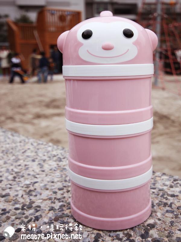 米特味玩待敘台灣美食親子部落客©MEAT76|2017-02-13-1|【寶寶好物。BabyTalk】精緻可愛新生兒用品分享|繽紛水果貓精梳棉嬰兒紗布衣,粉色猴子奶粉分裝盒方便不殘粉!020.jpg
