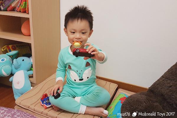 我是米特|台灣美食親子部落客©MEAT76|【麥當勞玩具】2017-12-13|Tomica多美小汽車:Mazda Roadster 紅色敞篷車,車頂可拆卸超好玩!023.jpg
